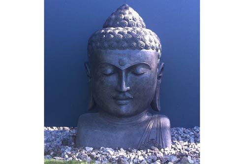 Buddha Kopf im Garten. Geschmackvoll eingerichtet