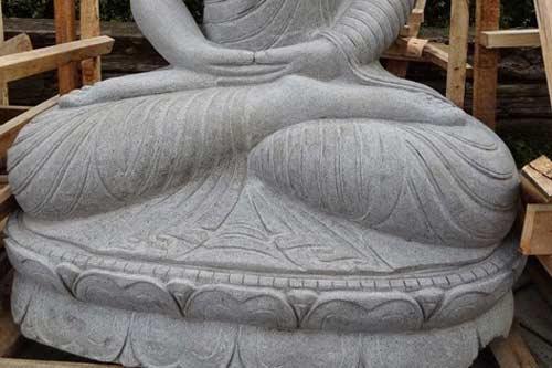Buddha Figur sitzend Naturstein und handgemeiselt 160cm hoch