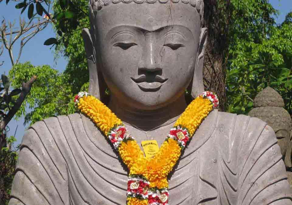 Große_Buddha_Figur_mit_Girlande