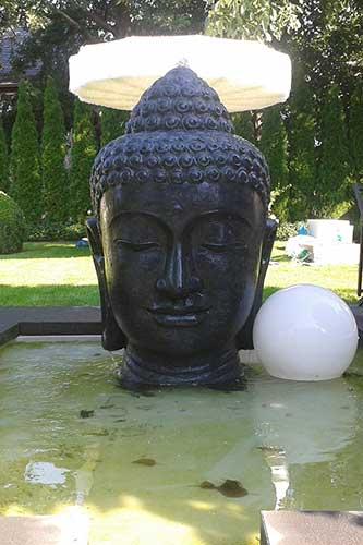 buddha brunnen mit beleuchtung dekoration bild idee. Black Bedroom Furniture Sets. Home Design Ideas