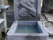 Brunnen aus echter Lava